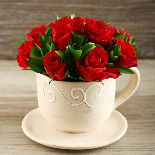 Table Arrangement Of Roses In A Tea Pot 1